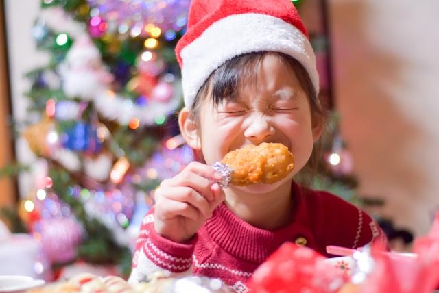 チキンを食べる子供