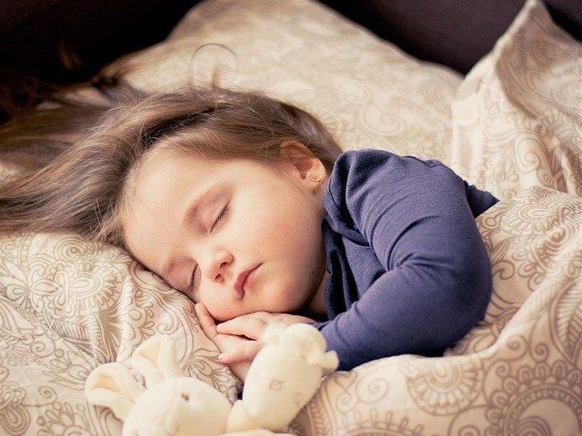 昼寝する子供